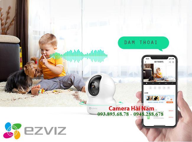 + Khả năng đàm thoại 2 chiều SIÊU CHUẨN của model camera quan sát giá rẻ  Thiết bị Camera giám sát gia đình sở dĩ được nhiều khách hàng yêu thích là bởi sản phẩm tích hợp được nhiều tính năng thông minh, trong đó có khả năng đàm thoại 2 chiều cực nét. Chiếc cameragia đình được tích hợp sẵn Loa – Micro trên thân để tiện cho việc trao đổi thông tin, trò chuyện giữa người quan sát và người đứng ở hiện trường lắp camera. Nhờ đó, nhân viên thoải mái trao đổi công việc cùng ông chủ, bố mẹ nói chuyện với con cái ở nhà,….